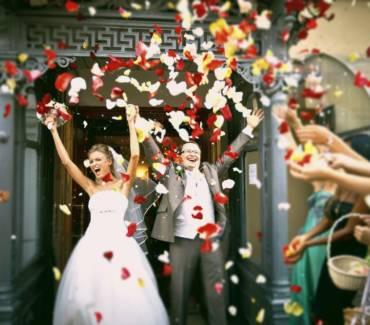 Использование лепестков роз на свадьбе